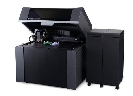 3D Printer รุ่น Stratasys J750 ที่สามารถพิมพ์โดยการใช้เทคโนโลยี Poly jet ที่สามารถพิมพ์แบบ Multi - Colors ได้